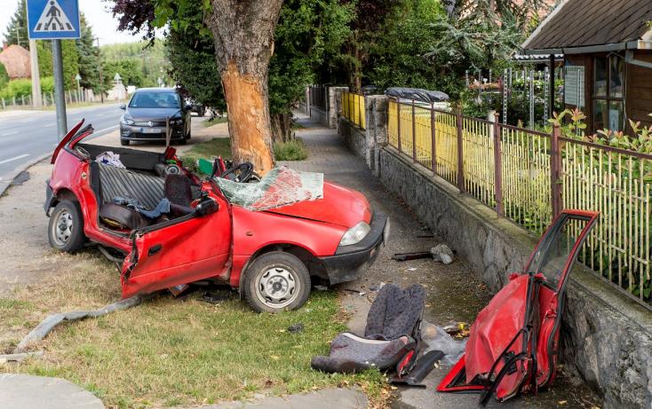 Fának csapódott egy autó Győr közelében, egy ember meghalt