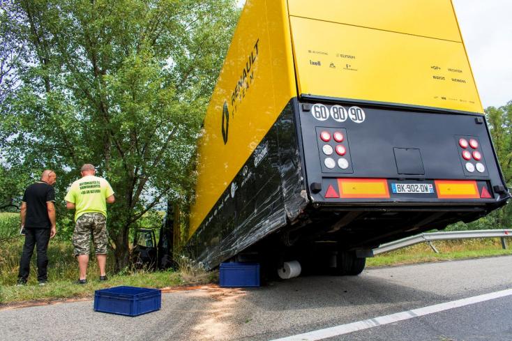 Forma–1-es csapat kamionja szakította át a szalagkorlátot és borult árokba Győrnél!