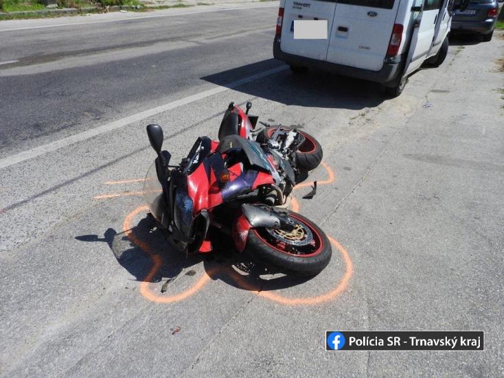 Motorbalesetek: amputálni kellett egy férfi lábát, gyalogossal ütközött a robogós