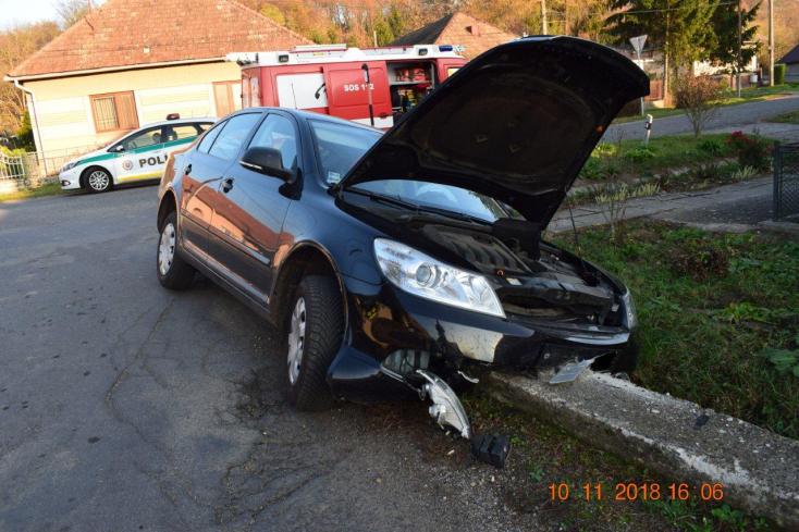 BALESET: Fennakadt autójával a betonhídon a 19 éves lány