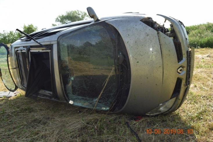 Árokba hajtott a Fabia sofőrje, hogy elkerülje a frontális ütközést – az autóban gyerek is volt (FOTÓK)