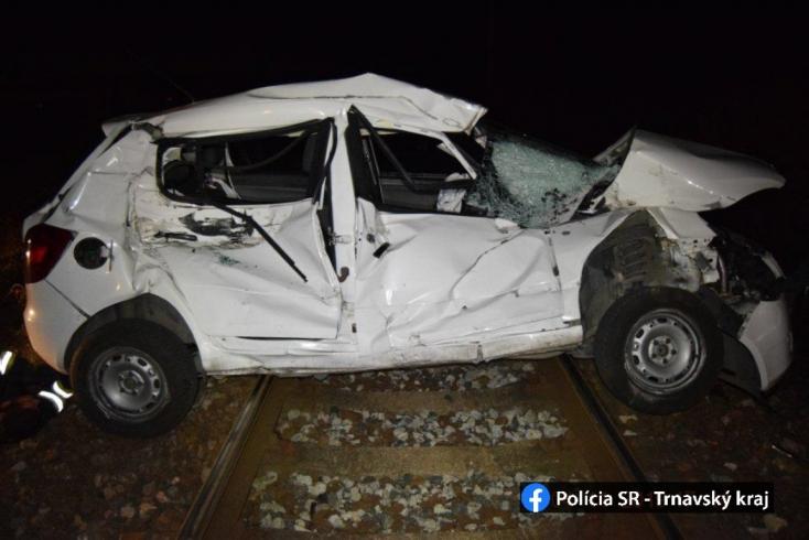 BORZALOM: Több mint 200 méteren át tolta maga előtt a vonat az autót, teljesen összegyűrte a járművet (FOTÓK)