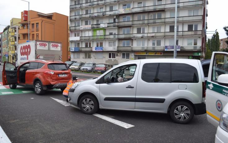 BALESET: Két személykocsi ütközött a dunaszerdahelyi nagy körforgalomban