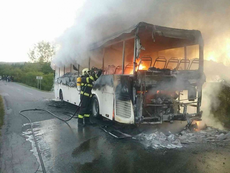 Kigyulladt és porig égett egy diákokat szállító autóbusz