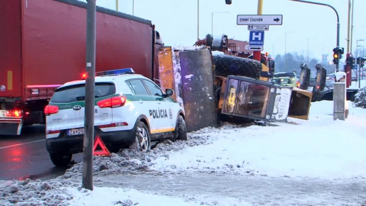 Egyenesen a járdára zuhant a kamionról egy többtonnás úthenger