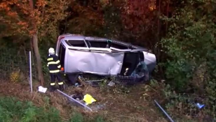BALESET: A vészjelző lámpa miatt törte át a szalagkorlátot egy furgon