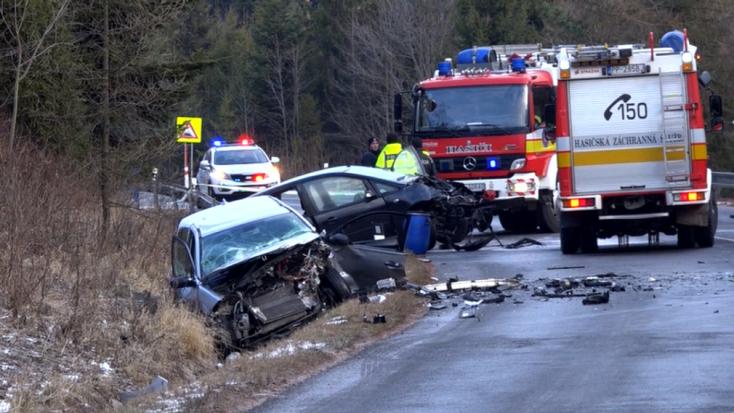 Súlyos baleset: az egyik sofőrt a tűzoltók vágták ki a roncsok közül, mentőhelikoptert is riasztottak