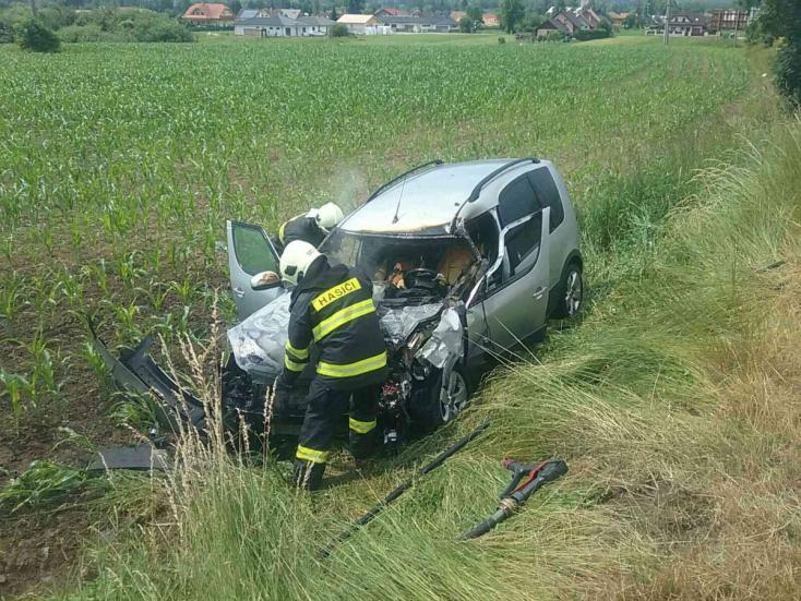 BALESET: Tartálykocsi és személyautó ütközött, utóbbi kigyulladt (FOTÓK)
