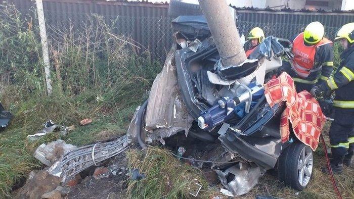 Szörnyű baleset: az autó szinte rátekeredett a villanyoszlopra, két fiatal vesztette életét