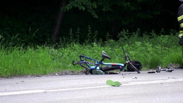 TRAGIKUS BALESET: Kerékpárosok közé hajtott egy autó – egy 41 éves nő meghalt, fia súlyosan megsérült
