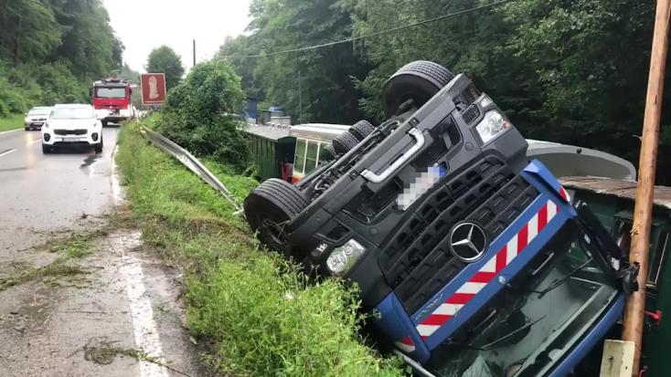 Nekihajtott egy teherautó a történelmi kisvasút szerelvényének, egy ember megsérült