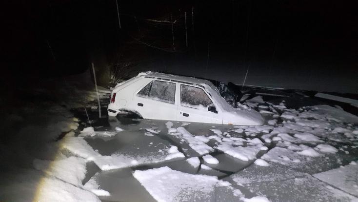 A vízben landolt a sofőr, aki járműve felett elvesztette az irányítást, két órán keresztül próbált kijutni onnét