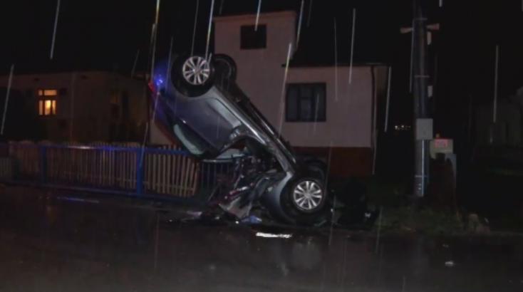 Felnyársalta a kerítés a részeg sofőr kocsiját