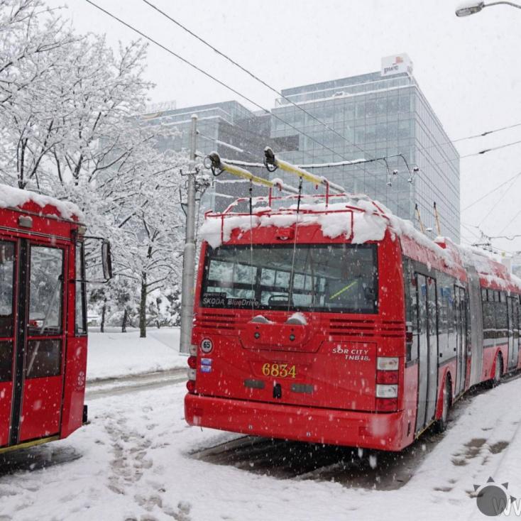 Alig kezdett el havazni, máris kezdett összeomlani a közlekedés Pozsonyban