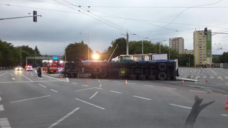 BALESET: Két kamion ütközött a forgalmas kereszteződésben, az egyik felborult