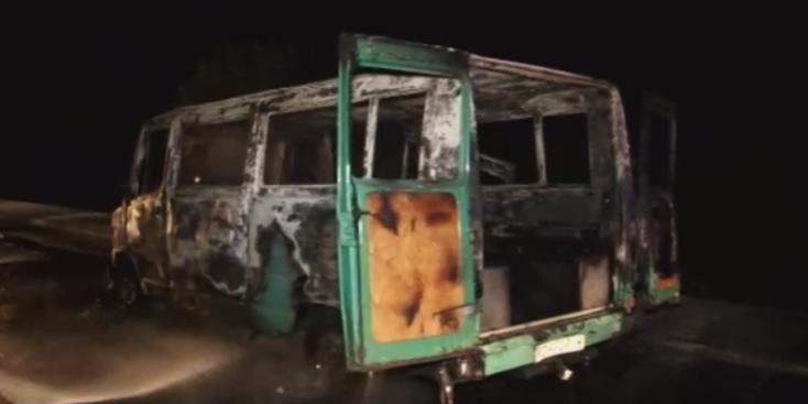 Defektes kerékkel hajtott tovább az autós – porig égett a furgonja