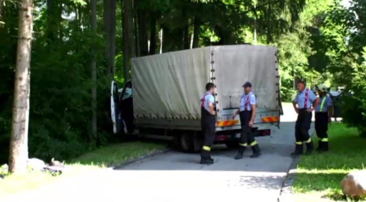 Rosszul lett a furgon sofőrje vezetés közben, mindent letarolt, ami az útjába került