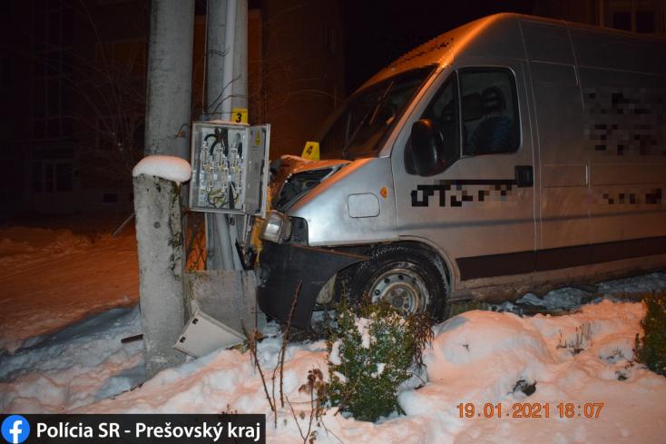 Elcsent furgonnal csapódott villanyoszlopnak a részeg sofőr, az egész utcában elment az áram