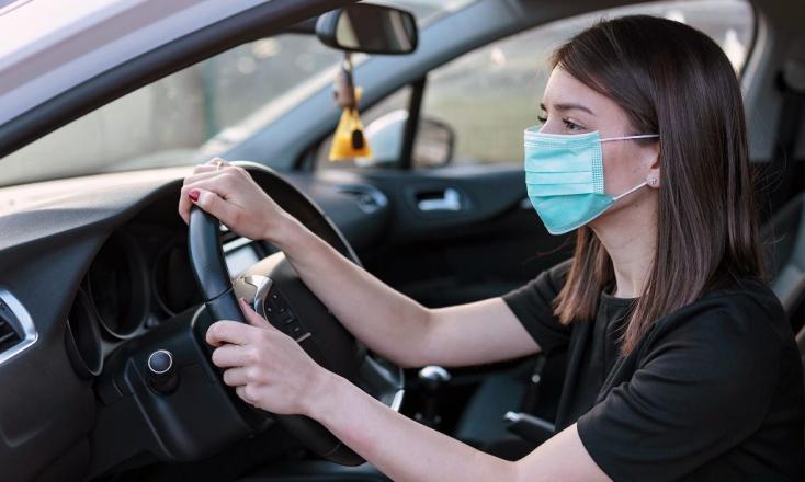Ha kilépsz az utcára, kötelező a védőmaszk viselése – de vajon az autóban is?