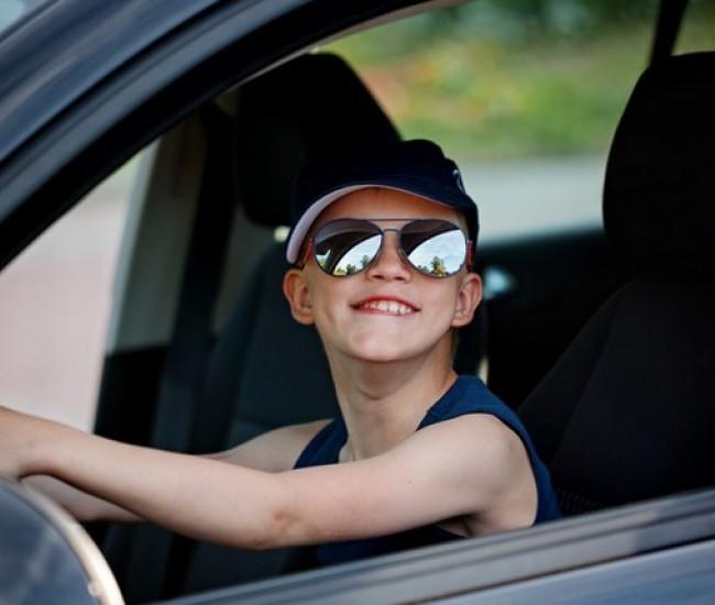 Élőben közvetítette a Facebookon egy magyar férfi, ahogy hatéves kisfia autót vezet