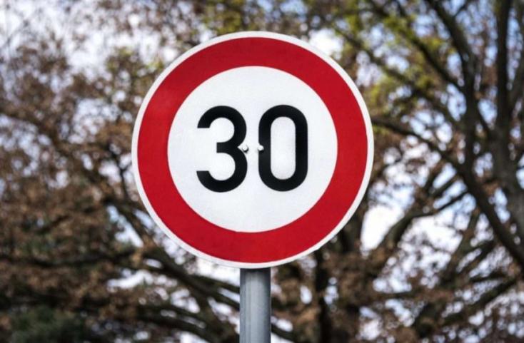 30 km/órára csökkentenék a maximális sebességet lakott területen belül