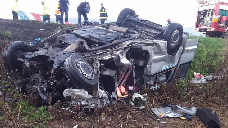 TRAGÉDIA: Kamionnal ütközött a kisbusz - hét ember meghalt!