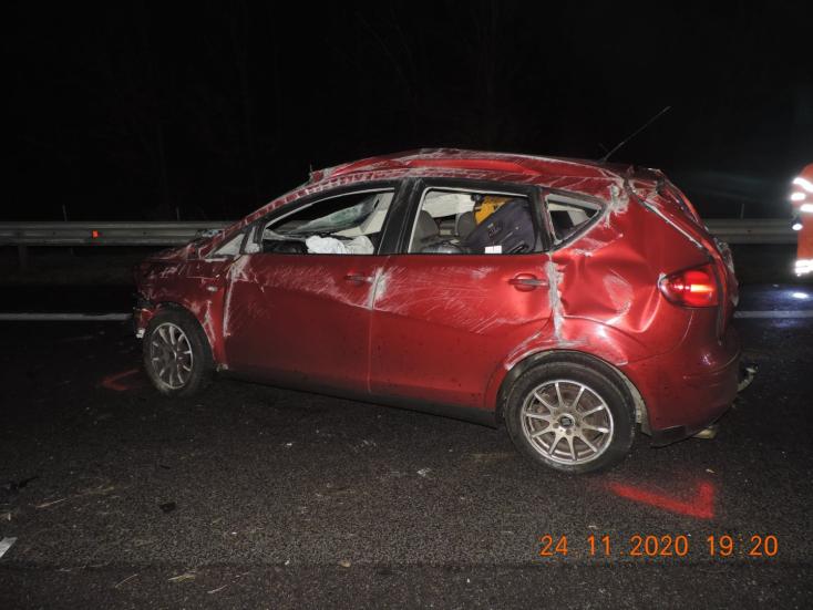 Szalagkorlátnak csapódott, majd kirepült az autóból a sofőr