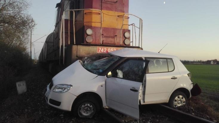 Tehervonat és személyautó ütközött az átjáróban, a sofőr súlyosan megsérült