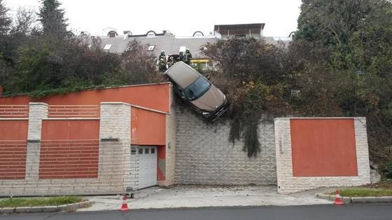 Így néz ki, amikor égősor helyett egy BMW lóg a kerítésen