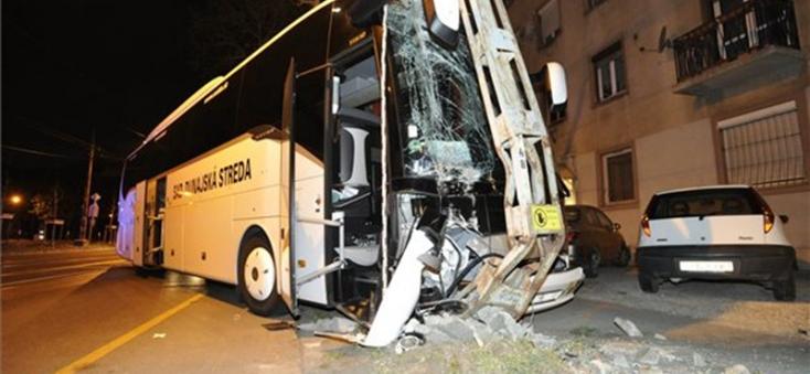 Nekicsapódott egy oszlopnak a dunaszerdahelyi SAD egyik autóbusza