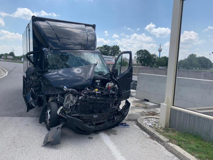 BALESET: Furgonnal ütközött egy Iveco, oldalára borult