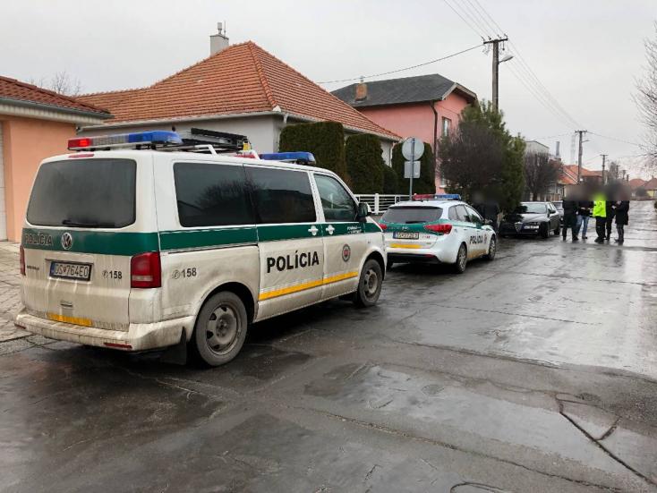 Parkoló autóba hajtott bele egy személykocsi Dunaszerdahelyen, megsérült egy kisbaba