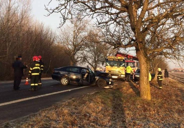 Tűzoltók rohamkocsijába csapódott egy Octavia a 63-as főúton!