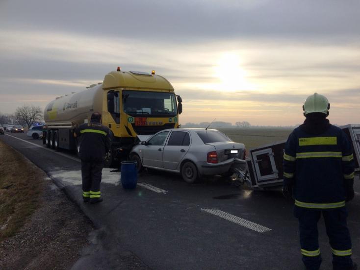 Súlyos baleset a 63-ason! Frontálisan ütközött egy Fabia és egy tartálykocsi Kisfaludnál