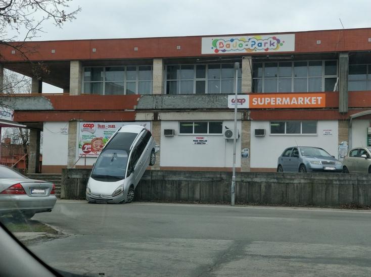 Ilyet sem látni mindennap: Brutális manőver a dunaszerdahelyi Jednota parkolójában!