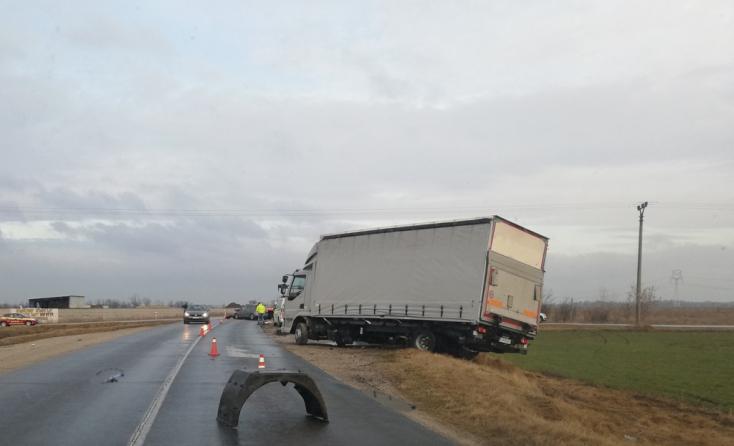 BALESET: Kamionnak csapódott egy személykocsi Légnél!