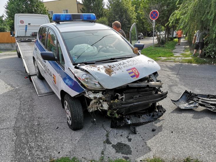 Nem állt meg a stopnál, totálkárosra zúzta a dunaszerdahelyi városi rendőrök autóját egy Škoda