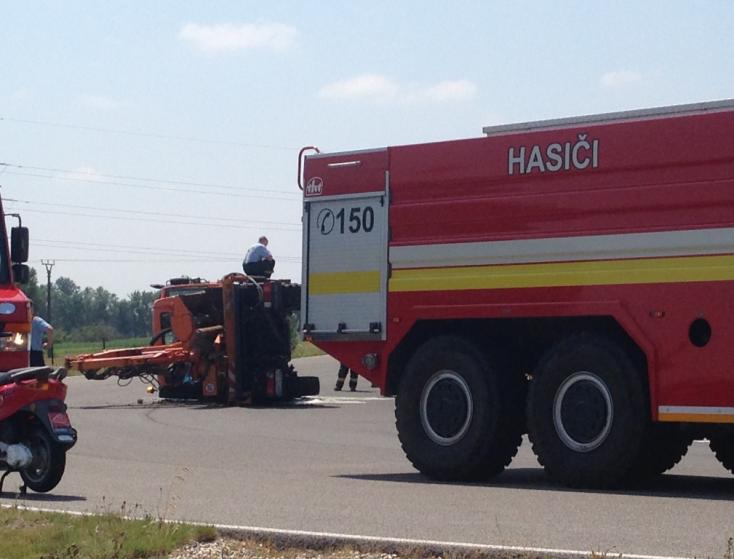 BALESET: Oldalára borult egy munkagép a Slovakia Ring melletti gyakorlópályán