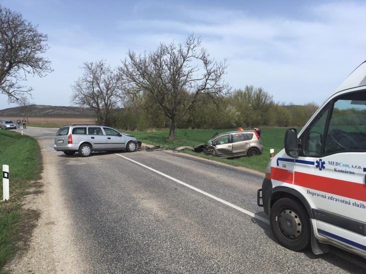 SÚLYOS BALESET: Frontálisan ütközött két személyautó, két sérült!
