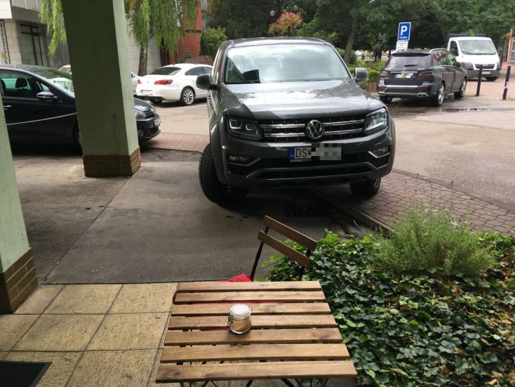 Így is lehet parkolni, csak bunkónak fognak nézni!