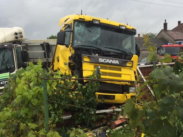 Két kamion karambolozott Nyárasdon, az egyik átszakította a kerítést!