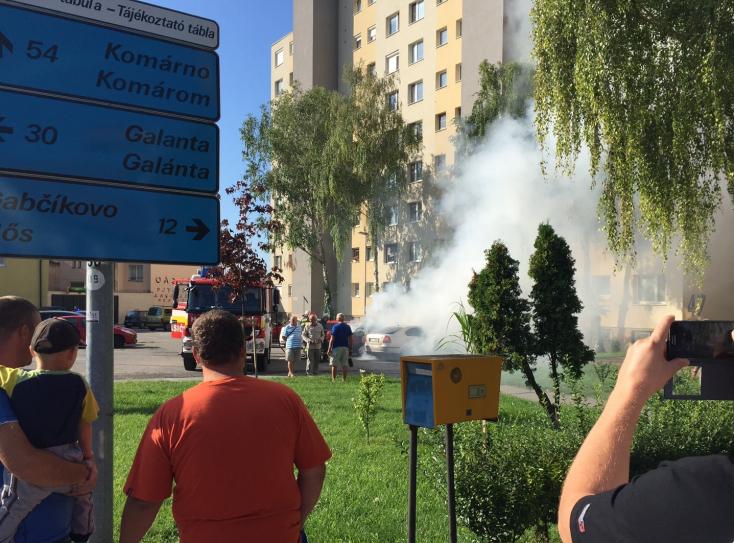 Škoda Felicia lángolt a dunaszerdahelyi lakótömb előtt - VIDEÓ