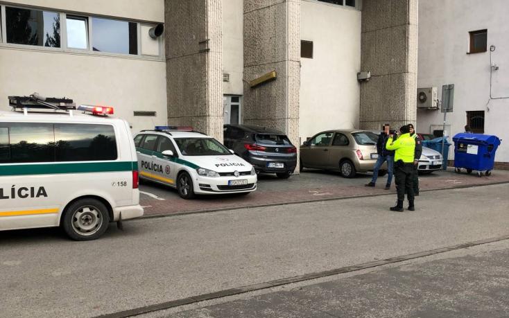 BALESET: Behajtott az NFG klub bejáratán egy BMW Dunaszerdahelyen!