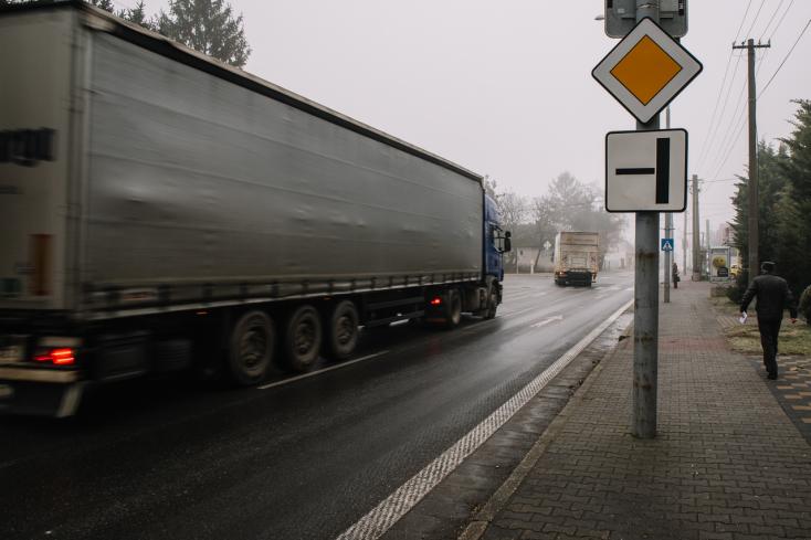 A kamionsofőr rémülten jelentette, hogy elsodort egy gyalogost, de az illetőnek semmi nyoma nem volt!