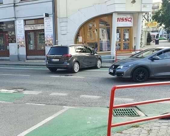 Újabb életre kelt kocsi rendezett egy kamikaze mutatványt a dunaszerdahelyi Fő utcán!