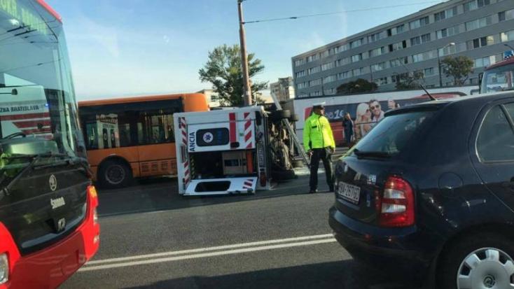 Autóbusz, mentőautó és személyautó ütközött Pozsonyban
