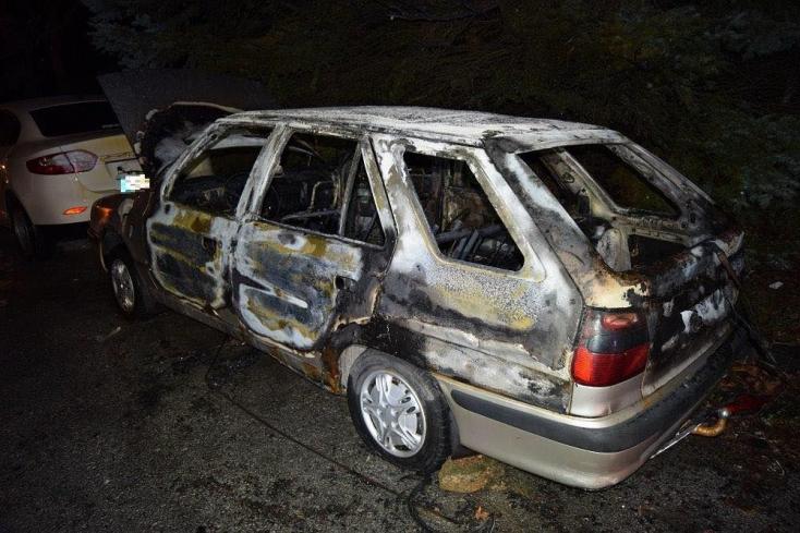 Lángba borult egy autó a lakótelepen – valakinek szúrta a szemét?