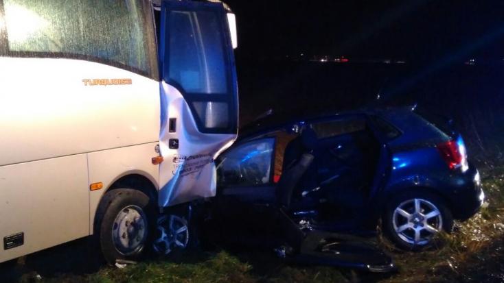 HALÁLOS BALESET: Autóbusz és személyautó ütközött frontálisan