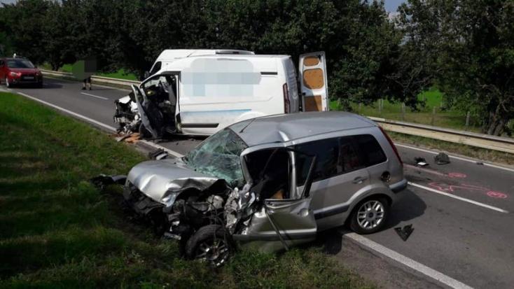 Súlyos baleset: furgon és személyautó rongyolt egymásba, az utat lezárták