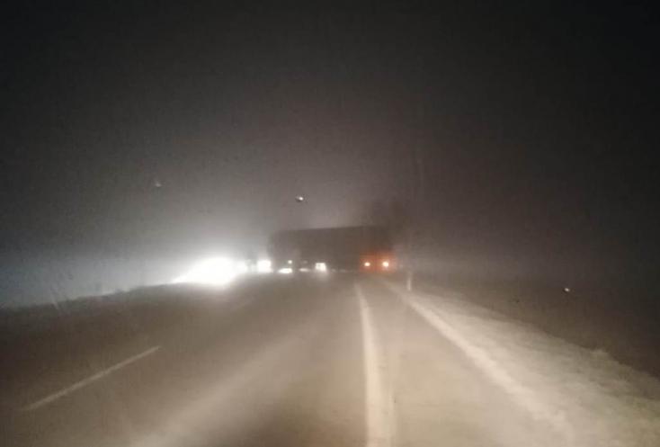 Balesetek a reggeli havazásban: Kamion áll keresztben a 63-ason, két autó karambolozott Csiliznyárad és Bős között